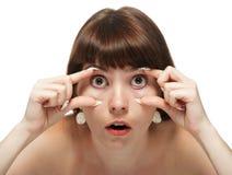 La giovane donna apre i suoi occhi. Fotografie Stock Libere da Diritti