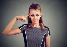 La giovane donna arrabbiata che gesturing con il dito è voi pazzo? Fotografie Stock Libere da Diritti
