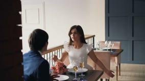La giovane donna arrabbiata sta discutendo con il suo ragazzo mentre pranzava nel ristorante poi che va Il litigio degli amanti,  video d archivio