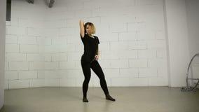 La giovane donna asiatica balla in studio moderno e nella Jazz-musica funky di coreografia della via stock footage