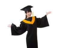 La giovane donna asiatica di graduazione è felice Immagine Stock