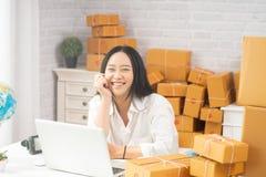 La giovane donna asiatica felice ha una piccola preoccupazione di impresa immagini stock libere da diritti
