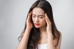 La giovane donna asiatica ha seriamente emicrania Fotografia Stock Libera da Diritti