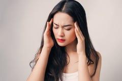 La giovane donna asiatica ha seriamente emicrania Fotografia Stock