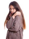 La giovane donna asiatica sta congelandosi Fotografia Stock
