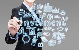 La giovane donna astuta di affari sta scrivendo l'idea dell'attività d'investimento Fotografie Stock Libere da Diritti