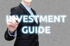 La giovane donna astuta di affari sta scrivendo l'idea di investimento Fotografia Stock Libera da Diritti