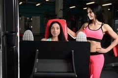 La giovane donna atletica che posa e che fa l'allenamento di forma fisica con pesa Immagini Stock Libere da Diritti