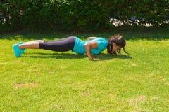 La giovane donna atletica fa l'addestramento di spinta-UPS Immagini Stock Libere da Diritti