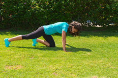 La giovane donna atletica fa l'addestramento di spinta-UPS Immagine Stock