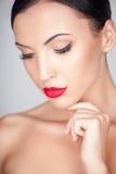 La giovane donna attraente è preoccuparsi della sua pelle fotografia stock libera da diritti