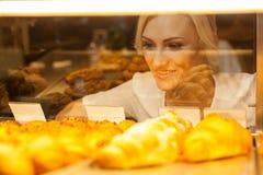 La giovane donna attraente è pronta a comprare il dolce Immagini Stock