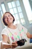 La giovane donna attraente beve il caffè Fotografia Stock Libera da Diritti