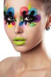 La giovane donna attraente con creativo variopinto luminoso compone Fotografie Stock
