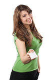 La giovane donna attraente offre un biglietto da visita Fotografia Stock Libera da Diritti