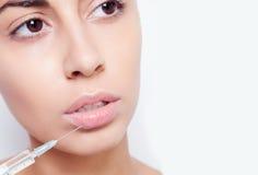 La giovane donna attraente ottiene l'iniezione cosmetica fotografia stock libera da diritti
