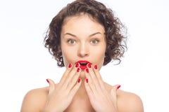 La giovane donna attraente sembra stupita Fotografia Stock