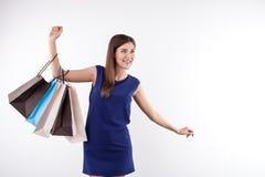 La giovane donna attraente sta andando a fare spese con la gioia Fotografia Stock Libera da Diritti