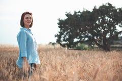 La giovane donna attraente sta camminando nella natura immagine stock