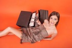 La giovane donna attraente sta riposando dopo la compera Immagine Stock