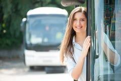 La giovane donna attraente sta viaggiando in pubblico Immagine Stock