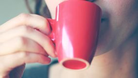 La giovane donna beve il caffè archivi video