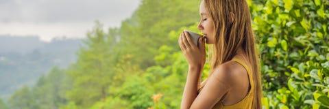La giovane donna beve il caffè in un caffè nell'INSEGNA delle montagne, FORMATO LUNGO fotografia stock libera da diritti