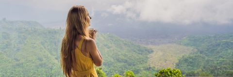 La giovane donna beve il caffè in un caffè nell'INSEGNA delle montagne, FORMATO LUNGO fotografie stock libere da diritti