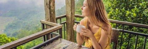 La giovane donna beve il caffè in un caffè nell'INSEGNA delle montagne, FORMATO LUNGO immagini stock libere da diritti