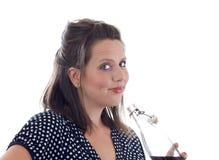 La giovane donna beve la bevanda; isolato Fotografia Stock