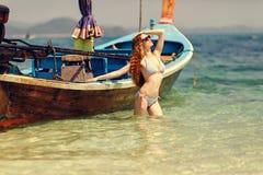 La giovane donna in bikini Immagini Stock