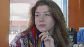 La giovane donna bionda dai capelli lunghi bianca guarda tranquillamente per parteggiare e poi alla macchina fotografica video d archivio