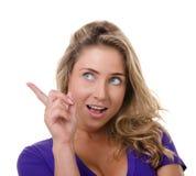 La giovane donna bionda fa indicare di gesto immagine stock libera da diritti