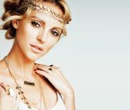La giovane donna bionda si è vestita come la dea del greco antico, fine dei gioielli dell'oro su isolata, belle mani della ragazz Fotografie Stock