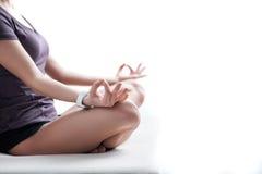 La giovane donna in buona salute allegra sta facendo l'yoga Fotografie Stock Libere da Diritti