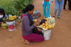 La giovane donna cambogiana vende la frutta Fotografia Stock
