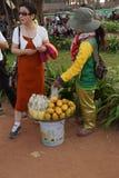 La giovane donna cambogiana vende la frutta Fotografie Stock