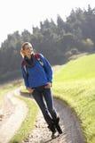 La giovane donna cammina in sosta Fotografie Stock
