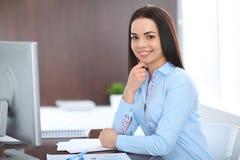 La giovane donna castana di affari assomiglia ad una ragazza dello studente che lavora nell'ufficio Ragazza ispana o dell'America Fotografie Stock Libere da Diritti