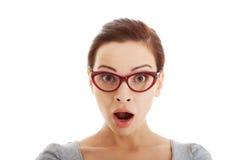 La giovane donna casuale in occhiali esprime la scossa. Fotografia Stock Libera da Diritti