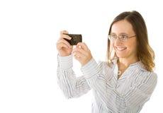 La giovane donna cattura la maschera dal suo mobile fotografia stock