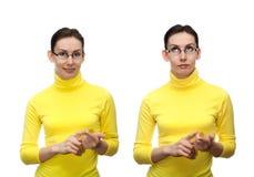 La giovane donna che conta le dita ha isolato il bianco Immagini Stock