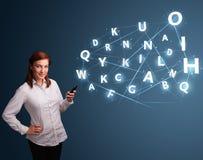 La giovane donna che digita sullo smartphone con 3d alta tecnologia segna il commi con lettere Immagini Stock