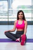 La giovane donna che fa gli esercizi nel concetto di salute della palestra Immagine Stock Libera da Diritti