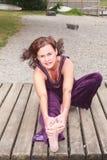 La giovane donna che fa l'allungamento si esercita all'aperto Fotografie Stock Libere da Diritti
