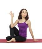La giovane donna che fa mezzo signore dei pesci posa nell'yoga Fotografia Stock Libera da Diritti