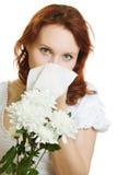 La giovane donna che ha sorgente fiorisce l'allergia che starnutisce Immagini Stock