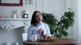 La giovane donna che mangia i sushi arriva a fiumi il ristorante del Giappone video d archivio