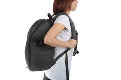 La giovane donna che porta con lo zaino di viaggio ha isolato il backgro bianco Fotografia Stock Libera da Diritti