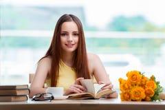 La giovane donna che prepara per gli esami della scuola Fotografia Stock